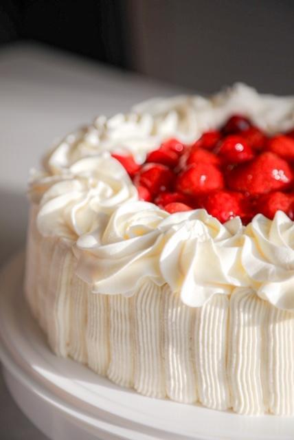 Kakkujen koristelu mansikkakakku