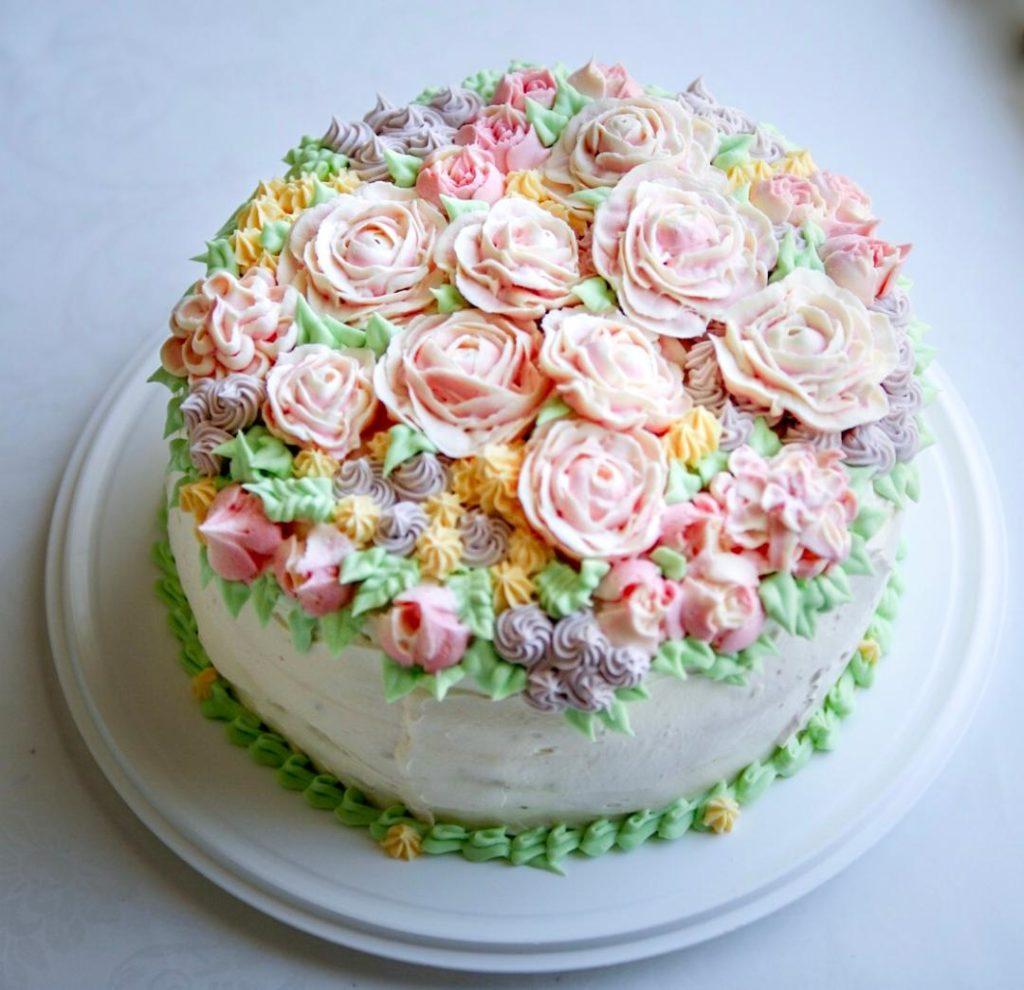Kakkujen koristelu voikreemikukat